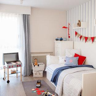 Diseño de dormitorio infantil de 4 a 10 años, actual, con paredes azules, suelo de madera en tonos medios y suelo marrón