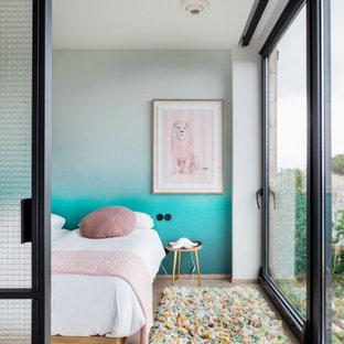 Foto de dormitorio infantil de 4 a 10 años, actual, grande, con paredes azules, suelo de madera clara y suelo beige