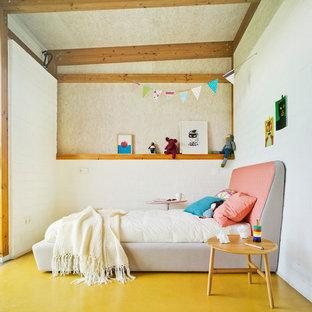 Immagine di una cameretta per bambini da 4 a 10 anni minimal di medie dimensioni con pareti beige