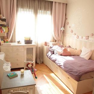 Idee per una cameretta per bambini da 4 a 10 anni mediterranea di medie dimensioni con pareti beige e pavimento in legno massello medio
