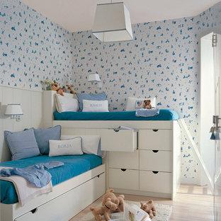 Modelo de dormitorio infantil de 1 a 3 años, actual, con paredes blancas, suelo de madera clara y suelo beige