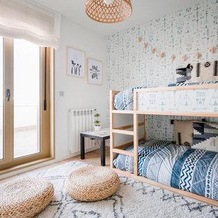 Ejemplo de dormitorio infantil de 4 a 10 años, marinero, con paredes multicolor y suelo de madera clara
