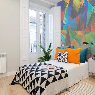 Modelo de dormitorio infantil actual, grande, con suelo de madera clara, suelo beige y paredes multicolor