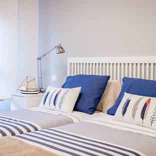 Ejemplo de dormitorio infantil de 4 a 10 años, moderno, pequeño, con paredes blancas y suelo de madera clara