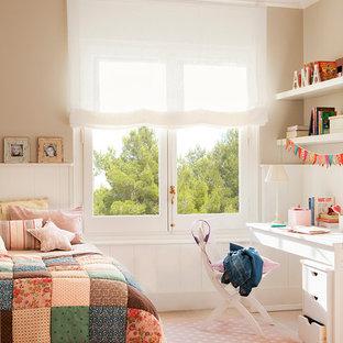 Esempio di una cameretta per bambini classica di medie dimensioni con pareti beige, parquet chiaro e pavimento beige