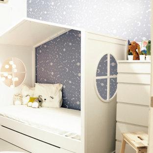 Aménagement d'une petit chambre d'enfant de 4 à 10 ans scandinave avec un mur bleu, un sol en carrelage de céramique et un sol gris.
