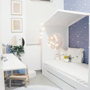 Cette photo montre une petit chambre d'enfant de 4 à 10 ans scandinave avec un mur bleu, un sol en carrelage de céramique et un sol gris.