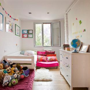 Diseño de dormitorio infantil actual con paredes blancas, suelo de madera clara y suelo beige