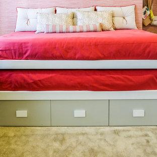 Diseño de dormitorio infantil de 4 a 10 años, moderno, de tamaño medio, con paredes beige, moqueta y suelo marrón