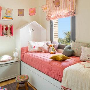 Foto de dormitorio infantil de 1 a 3 años, actual, pequeño, con paredes blancas y suelo de madera clara