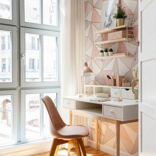 Modelo de habitación de niña papel pintado, contemporánea, de tamaño medio, con paredes multicolor, suelo de madera clara, suelo marrón y papel pintado