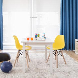 Diseño de dormitorio infantil de 4 a 10 años, nórdico, de tamaño medio, con paredes grises, suelo de madera clara y suelo beige