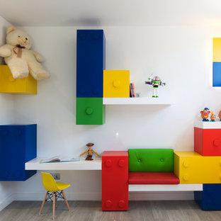 Foto de habitación infantil unisex actual con escritorio, paredes blancas y suelo gris