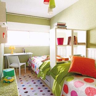 Idee per una piccola cameretta per bambini da 4 a 10 anni design con pareti verdi e pavimento con piastrelle in ceramica