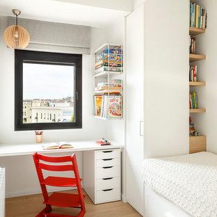 Modelo de habitación infantil unisex de 4 a 10 años, minimalista, de tamaño medio, con escritorio, paredes blancas, suelo de madera clara y suelo beige