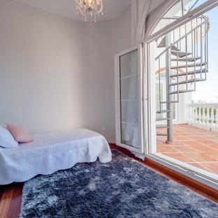 Cette photo montre une petit chambre d'enfant chic avec un mur blanc, un sol en marbre et un sol gris.
