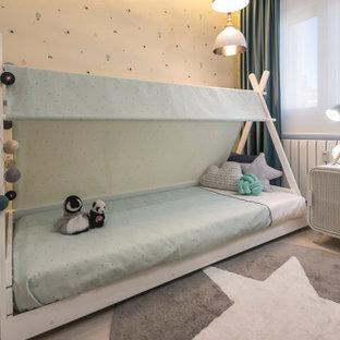 Idee per una cameretta per bambini da 1 a 3 anni boho chic di medie dimensioni con pareti multicolore, pavimento in laminato e pavimento grigio