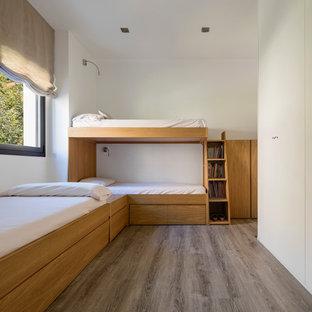 Diseño de dormitorio infantil nórdico, de tamaño medio, con paredes blancas, suelo de madera oscura y suelo gris