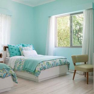 Ejemplo de dormitorio infantil de 1 a 3 años, tradicional renovado, con paredes azules, suelo de madera clara y suelo beige