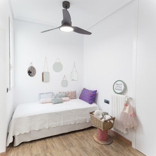 Inspiration pour une chambre d'enfant de 4 à 10 ans ethnique avec un mur blanc et un sol beige.