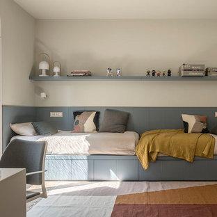 Imagen de dormitorio infantil de 4 a 10 años, mediterráneo, de tamaño medio, con paredes beige, suelo de madera en tonos medios y suelo beige
