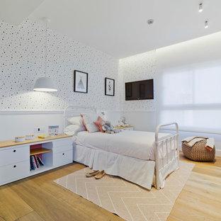 Diseño de dormitorio infantil de 4 a 10 años, actual, de tamaño medio, con paredes multicolor, suelo marrón y suelo de madera en tonos medios