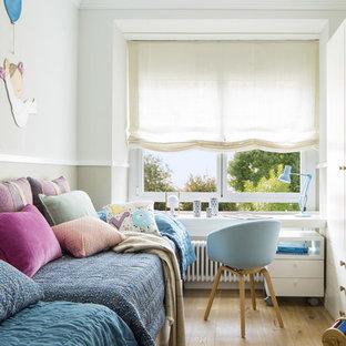 Diseño de dormitorio infantil de 4 a 10 años, escandinavo, grande, con paredes blancas, suelo de madera en tonos medios y suelo marrón