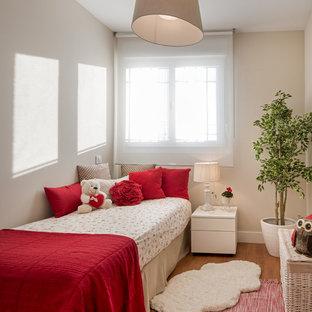 Modelo de dormitorio infantil de 4 a 10 años, clásico renovado, pequeño, con paredes beige, suelo marrón y suelo de madera en tonos medios