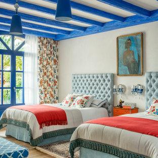 Bild på ett stort medelhavsstil barnrum kombinerat med sovrum, med beige väggar, ljust trägolv och beiget golv