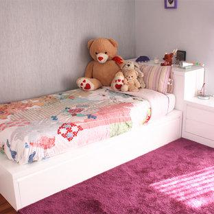 Diseño de dormitorio infantil moderno, de tamaño medio, con paredes grises, suelo de madera oscura y suelo rojo