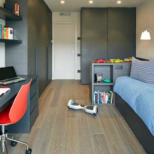 Ejemplo de dormitorio infantil contemporáneo, de tamaño medio, con paredes blancas y suelo de madera clara