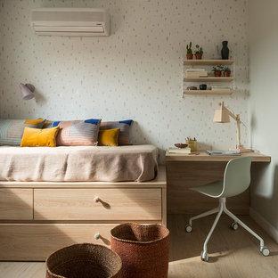 Exemple d'une chambre d'enfant de 4 à 10 ans bord de mer de taille moyenne avec un mur beige, un sol en bois clair et un sol marron.