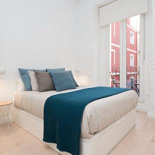 Modelo de dormitorio principal, nórdico, con paredes blancas, suelo de madera clara y suelo beige