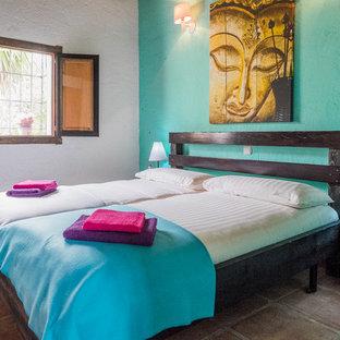 Modelo de habitación de invitados mediterránea, de tamaño medio, sin chimenea, con suelo de baldosas de terracota y paredes verdes