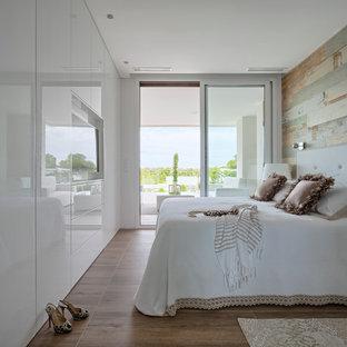 Imagen de dormitorio principal, contemporáneo, de tamaño medio, sin chimenea