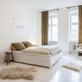 Imagen de dormitorio tradicional renovado con paredes blancas, suelo de madera pintada y suelo blanco