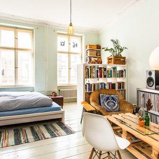 Diseño de dormitorio ecléctico con paredes verdes, suelo de madera pintada y suelo blanco