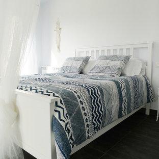 Foto de dormitorio marinero con paredes blancas, suelo de madera oscura y suelo marrón