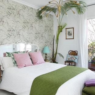 Imagen de dormitorio principal, exótico, de tamaño medio, sin chimenea, con paredes multicolor