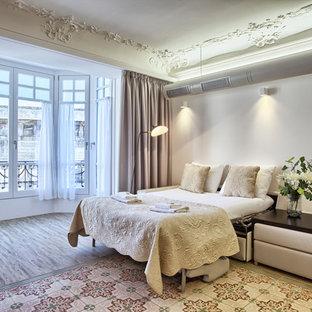 Imagen de dormitorio principal, clásico renovado, grande, con paredes blancas, suelo de madera oscura y suelo marrón