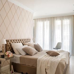 Ejemplo de dormitorio principal, tradicional renovado, grande, sin chimenea, con paredes beige