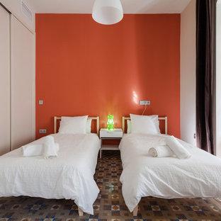 Foto di una camera degli ospiti minimal di medie dimensioni con pareti arancioni, pavimento con piastrelle in ceramica e nessun camino