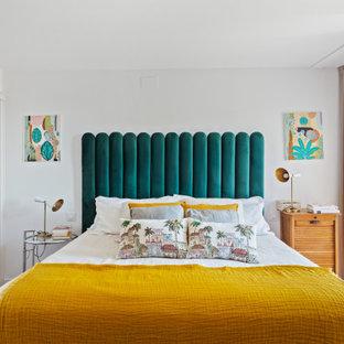 Foto de dormitorio principal, ecléctico, de tamaño medio, con paredes blancas, suelo de madera en tonos medios y suelo marrón