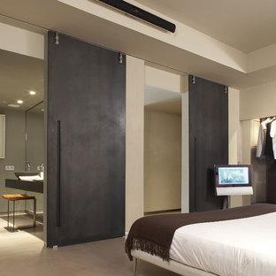 Idee per una camera matrimoniale industriale di medie dimensioni con pareti beige