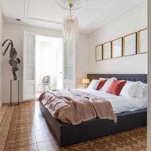 Imagen de dormitorio principal, actual, grande, sin chimenea, con paredes blancas, suelo de baldosas de cerámica y suelo multicolor