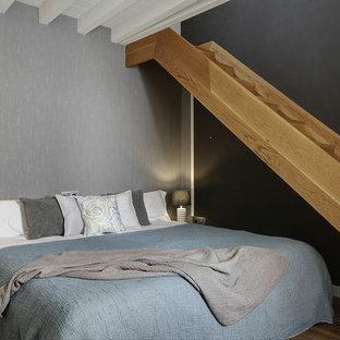Foto de dormitorio principal, clásico renovado, de tamaño medio, con paredes negras, suelo de madera en tonos medios y suelo beige