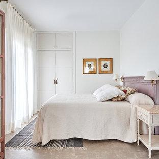 Foto de dormitorio principal, romántico, de tamaño medio, sin chimenea, con paredes blancas y suelo de cemento