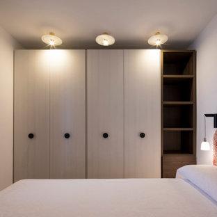 Modelo de dormitorio principal, mediterráneo, pequeño, sin chimenea, con paredes blancas, suelo de baldosas de cerámica y suelo rojo