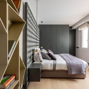 Imagen de dormitorio papel pintado, actual, papel pintado, con paredes multicolor, suelo de madera clara, suelo beige y papel pintado