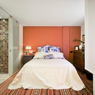 Diseño de dormitorio principal, bohemio, de tamaño medio, sin chimenea, con parades naranjas